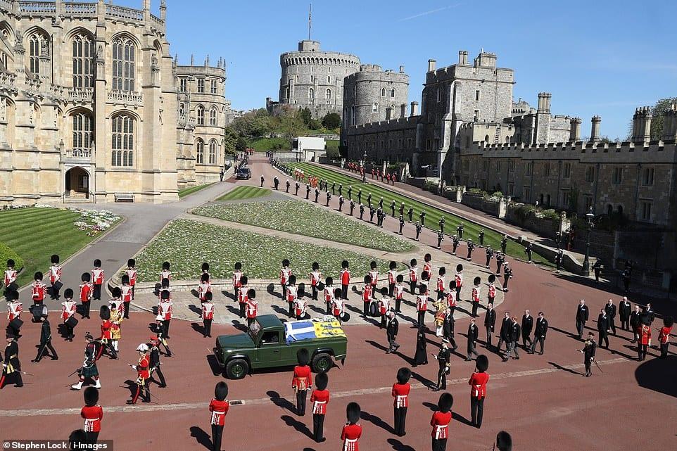 PRINCIPE PHILIP: 1921-2021 - Militares prestam a última homenagem na manhã do dia 17 de abril, quando o caixão do duque de Edimburgo passou em um Land Rover que ele próprio construiu. Príncipe Philip faleceu na manhã de 9 de abril de 2021, aos 99 anos, no Castelo de Windsor, dois meses antes de seu aniversário de 100 anos. Seu velório e enterro ocorreram na capela de São Jorge, que fica no castelo, conforme pedido feito por ele em vida. Que sua memória seja abençoada.