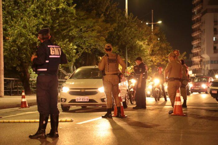 Agentes de trânsito e policiais militares em fiscalização na beira-rio em Blumenau - foto da Polícia Militar