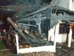 Casa destruída por incêndio no bairro Valparaíso - foto do Corpo de Bombeiros