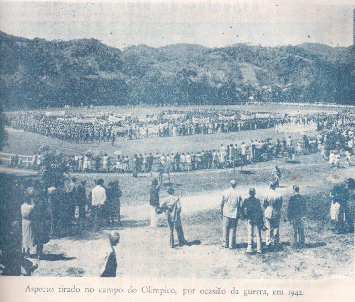 ESTADO DE GUERRA - Em agosto de 1942 foi realizado no campo do Olímpico em Blumenau uma grande manifestação a favor do Brasil entrar na guerra. O Exército Brasileiro organiza a Força Expedicionária Brasileira (FEB) e o primeiro contingente de soldados brasileiros desembarcam na Itália em 02 julho de 1944. Do Vale do Itajaí, 538 homens cerram fileiras na F.E.B. Foto: Revista O Vale do Itajaí – edição n◦ 04. 02/set/1950