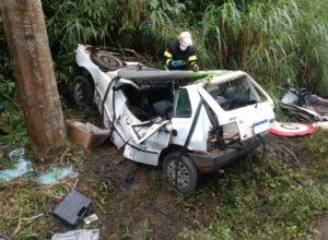 Veículo ficou retorcido após colisão - foto do Corpo de Bombeiros