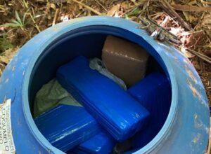 Parte das drogas estava em barril - foto da Polícia Militar