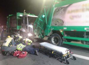 Acidente entre caminhões da coleta de lixo fere trabalhador - foto do Corpo de Bombeiros