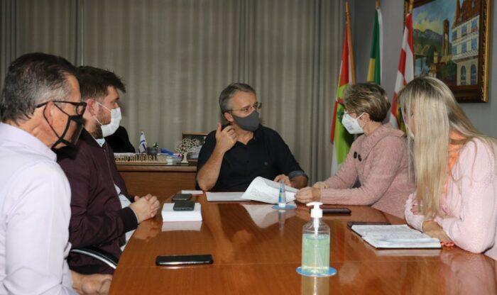 Prefeito Mário Hildebrandt e vice Maria Regina em reunião com secretários - foto de Marcelo Martins