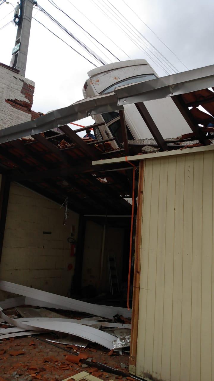 Carro suspenso sobre telhado de empresa - foto do Corpo de Bombeiros