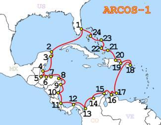 O ISOLAMENTO DE CUBA – A imagem acima ilustra os cabos submarinos que interligam os países livres na rede mundial de computadores. Ao contrário do que muita gente imagina, o grande volume de transmissão de dados acontece por cabos submarinos e não por satélite. Observe no mapa o isolamento de Cuba. Mantém desde 1959, uma única emissora de TV, um único jornal impresso e um povo submerso na ideologia e ignorância - Creative Commons