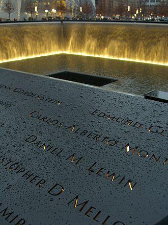 MEMORIAL 11 DE SETEMBRO - O nome de Lewin está localizado no Painel N-75 da Piscina Norte do Memorial Nacional do 11 de Setembro, junto com os de outros passageiros do Voo 11.